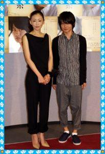 彼の隣にいるのは女優の松雪泰子さんです。