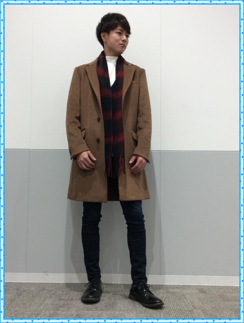 男性のコートは、やはりブラックやネイビーなどの濃いカラーを選びがちですが、 GUのウールブレンドチェスターコートのブラウンなら男性でもバッチリ着こなすことが